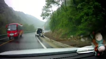 回家路上, 看见五菱神车掉到排水渠了, 监控拍下这一幕