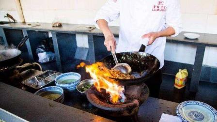 为什么饭店里的厨师炒菜都用勺子, 这样炒出来的菜会好吃么?