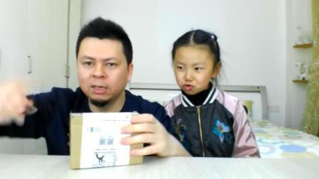 父女试吃Q趣火腿肠