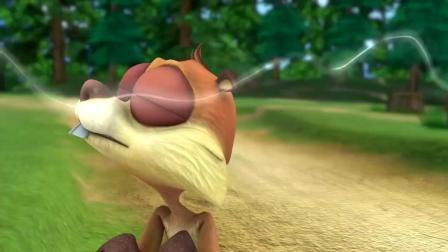 小松鼠闻到一阵阵香味, 走近一看, 原来是光头强的松子