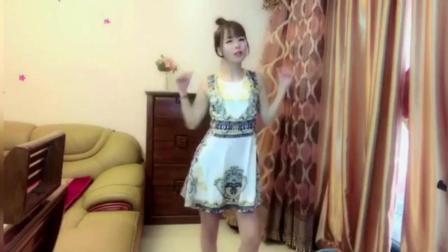 丸子头清纯女孩在卧室跳《海草舞》了, 好像邻家小妹!