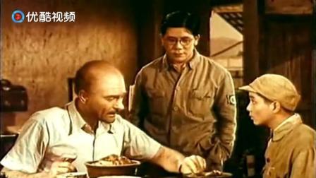 白求恩大夫:白求恩不愿意吃鸡,小伙子有办法,好机智!
