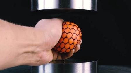 把抗压球放到液压机下, 抗压球能抵挡住压力吗? 心疼抗压球一秒钟
