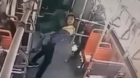 熊娃公交车上踹男子 被其怒摔后暴踩头