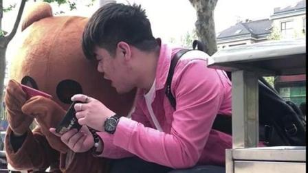 小哥哥街头挑衅网红布朗熊, 反倒输给了人家的手速, 真是神反转