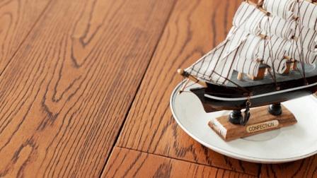 木地板沾上饭菜油污不好清理, 试试这个方法, 只需几秒钟就能搞定