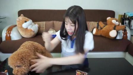 童年巧克力手指饼干, 狗狗悄悄偷吃, 吓到妹子了!