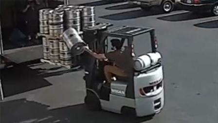 叉车上大桶啤酒突然掉下 司机神反应稳稳接住