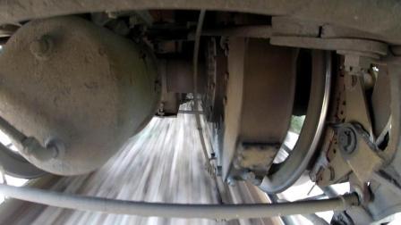 在火車底部裝攝像機 拍攝火車車輪起步加速過程