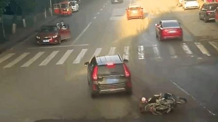 司机救援侧翻摩托 却被举报说肇事逃逸