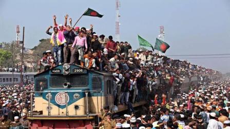 印度火车严重超载, 行驶途中可随时上下车, 简直就像战争