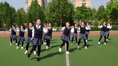 校园操场上可爱小学女生们跳起《海草舞》和《俄舞》, 青春活力!