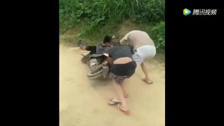 农村搞笑视频-小伙骑车真厉害, 都笑趴了!