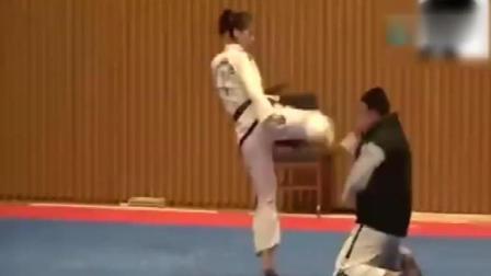 跆拳道黑带美女大展神威, 飞腿踢飞男选手! 太厉害了!