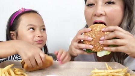 国外吃货白发姐, 和女儿一起吃汉堡, 薯条, 有说有笑, 看着很温馨!