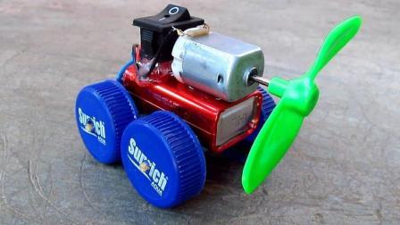 牛人用塑料瓶盖自制的电动小汽车, 又环保又个性, 太好玩了