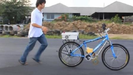 """泰国大学生发明""""不倒翁""""自行车, 不用骑就能自己跑, 怎么实现的"""
