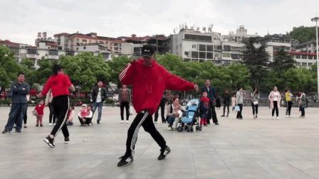 广场鬼步舞大神暴走鬼步舞 后来大爷跳的更是疯狂