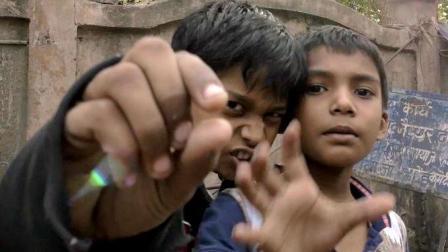 在印度城中村, 中国小哥忘记关摄像机, 于是画面失控了