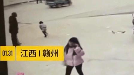 江西赣州_小女孩尿急蹲在路边, 家长完全没有意识到危险!