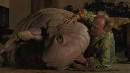 国王将一只跳蚤当成宠物饲养, 跳蚤体型巨大, 并且只喝鲜血