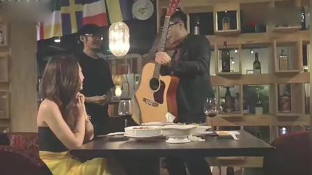 大鹏和女友吃饭遇到歌手要高歌一曲! 你唱歌要命!