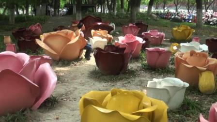 昆山森林公园草地玫瑰花雕塑