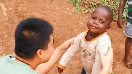 中国人在非洲卢旺达: 认个黑人干儿子, 小胖子熊二!