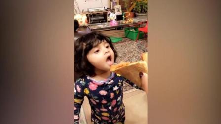 宝宝是个小吃货, 爱吃披萨, 边吃边打瞌睡, 好可爱!