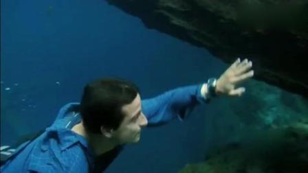 荒野求生 贝爷看到这神秘美丽的蓝湖, 忍不住纵身一跃一探究竟!