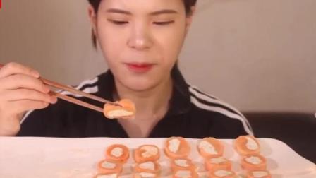 韩国美女吃熏三文鱼芝士卷 , 看表情味道不怎么样啊