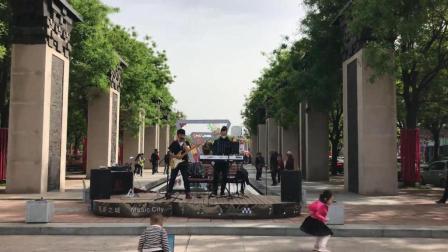 西安音乐之城街头艺人精彩演唱民谣南山南