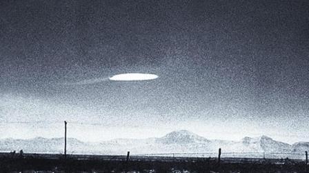 大白天的驴友拍到 疑似直升机护送UFO的画面