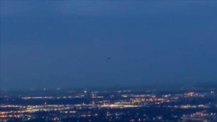 夜晚的城市上空UFO一直在盘旋 是在寻找什么呢?