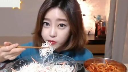 韩国美女吃脆脆的洋菜沙拉, 旁边的腌萝卜丝看着更有食
