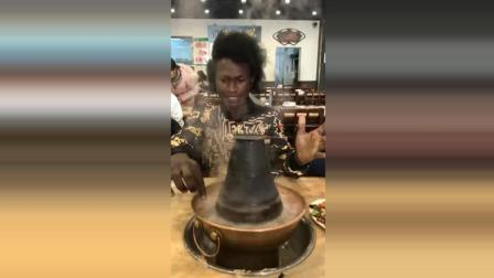 是谁说请非洲人吃火锅的, 来吧, 你们要的手抓火锅来了!