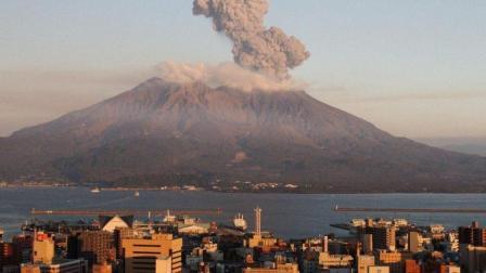 日本火山4天喷发17次, 居民为何不怕反而感激?