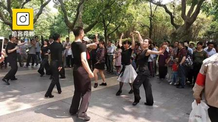中年大叔大妈公园嗨跳广场舞