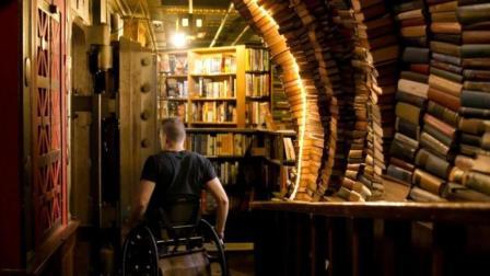 他21岁车祸险成废人, 靠卖二手书一炮而红: 生活多残忍, 人就有多坚强