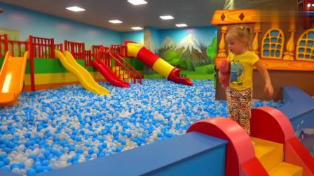 国外妈妈带金发小萝莉体验室内儿童乐园, 不仅好玩还非常有趣