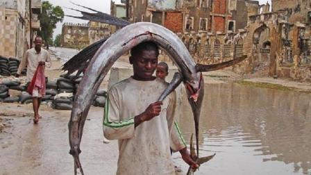世上最不发达的国家, 当地的鱼比人高, 渔民扛不动就用头顶回家!