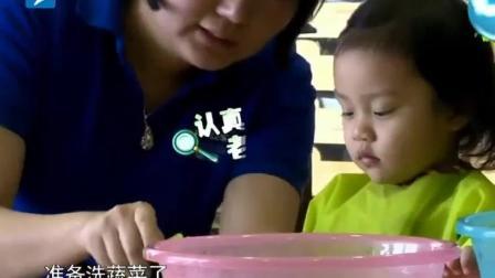 甜馨看见黄瓜就兴奋了, 眼中精光一露: 唉呀妈呀又能偷吃了! 太逗了