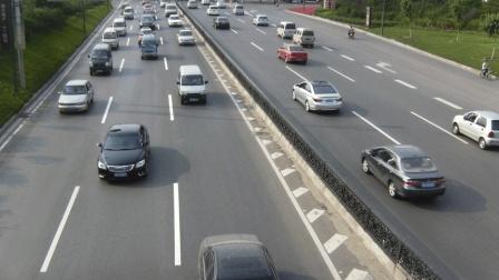 为什么马路上黑白色的车比较多? 我们都想错了, 是这原因!