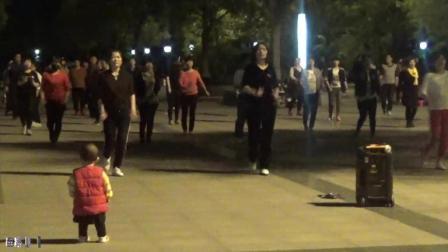 2岁小孩学跳健身劲爆广场舞