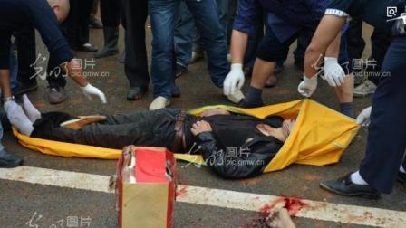 摩托车高速行驶追尾大巴车, 监控拍下死亡瞬间, 客车司机遭殃了!
