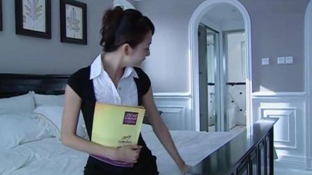 售楼小姐为了把房子卖给客户, 十分用心努力工作!