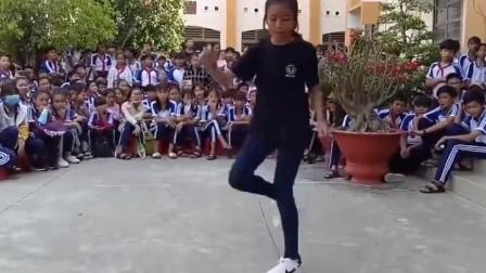 当电音神曲《seve》响起后, 女孩完美鬼步舞, 同学们看傻眼了