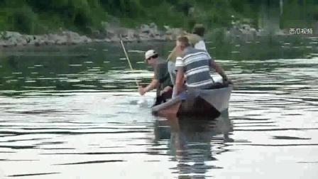 钓鱼: 3人的小船, 被大鱼拉的横着向前走!