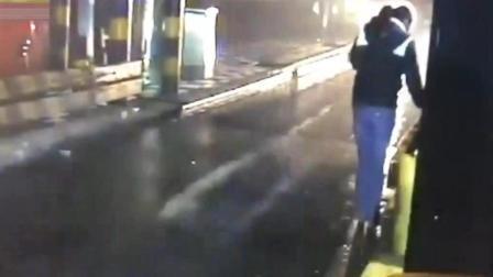 年轻女子指挥货车进站, 丝毫未觉察危险的临近