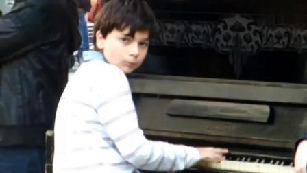 乌克兰钢琴神童街头即兴弹唱, 连琴键都不用看, 惊艳了每一位路人
